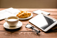 商人午餐在家用咖啡, croisant和设备 免版税库存照片