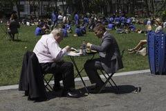 商人吃午餐在公园 免版税库存图片