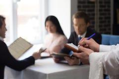 商人吃午餐在豪华餐馆 免版税库存图片