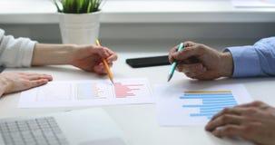 商人合作谈论财政报告在办公室 股票视频