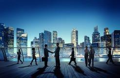 商人同事户外互作用握手城市C 免版税库存照片
