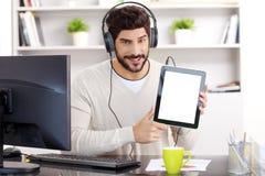 年轻商人听的音乐 库存图片
