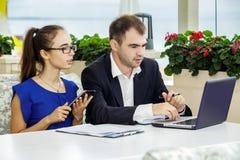 商人和企业夫人在会议上 他们谈论合同 免版税库存图片