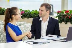 商人和企业夫人在会议上 他们谈论合同 库存照片
