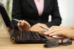 商人和会议的分析公司数据的女商人 免版税库存图片