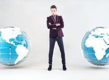 年轻商人和地球地球 免版税图库摄影