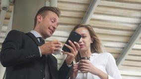 商人和女商人使用智能手机,企业概念 股票录像