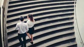 商人和女商人攀登台阶成功概念 免版税库存图片