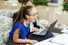 商人和女实业家在会议上 他们谈论工作 免版税库存图片