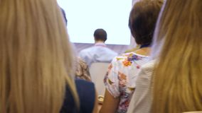 商人和女实业家在会议 人和人参在企业训练 关于事务和换的研讨会 股票录像