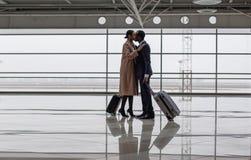 商人和女实业家在机场见面 库存图片