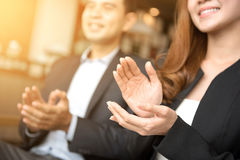 商人和女实业家拍的手 免版税库存图片