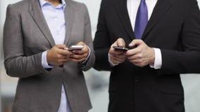 商人和女实业家有智能手机的 股票视频