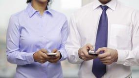 商人和女实业家有智能手机的 影视素材