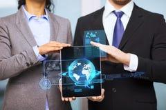 商人和女实业家有片剂个人计算机的 免版税库存照片
