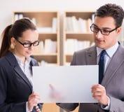 商人和女实业家有讨论在办公室 免版税图库摄影