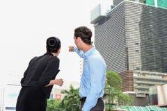 商人和女实业家谈论室外的事务 库存照片