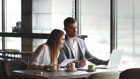 商人和女实业家谈论工作在午餐在咖啡馆 影视素材