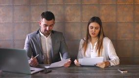 商人和女实业家谈论工作在午餐在咖啡馆 股票视频