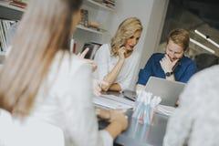 商人和女实业家谈话在会议室 免版税库存照片