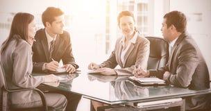 商人和女实业家谈话在会议期间 库存照片