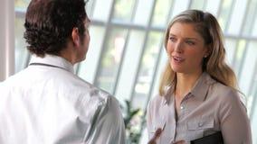 商人和女实业家谈话在办公室 影视素材