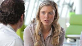 商人和女实业家谈话在办公室 股票录像