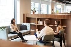 商人和女实业家采访女性候选人在办公室毕业生补充评估天 免版税库存图片