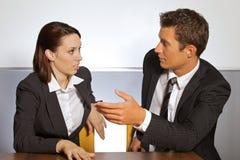 商人和妇女交谈的在办公室 免版税库存照片