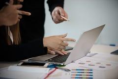 商人和妇女在会议室,在m的点的手 免版税库存图片