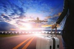 商人和旅行的行李在机场 免版税库存照片