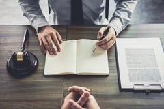商人和男性律师或者法官咨询开队会议 免版税库存照片