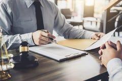 商人和男性律师或者法官咨询开队会议 库存图片