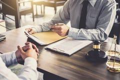 商人和男性律师或者法官咨询开队会议 图库摄影