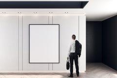 商人和空白的海报 免版税库存图片