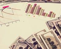 商人和经营计划 金钱储款、财务和经济分析 免版税库存图片