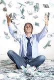 商人和飞行的美元钞票 免版税库存照片