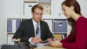 商人咨询的妇女在办公室 影视素材