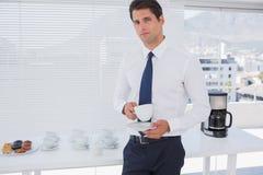 商人喝咖啡在断裂期间 免版税库存照片
