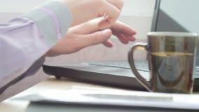 商人喝在膝上型计算机的茶蚂蚁键入的文本 UltraHD录影 股票录像