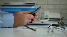 商人图象在使用手机互联网通信的公司办公室 影视素材