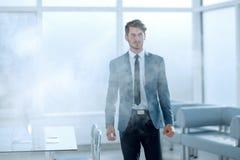 商人在一个发烟性办公室 被宣扬的 库存照片