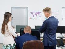 商人在一个新的企业项目群策群力 免版税库存图片