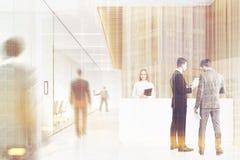 商人在一个木办公室,城市 免版税库存图片