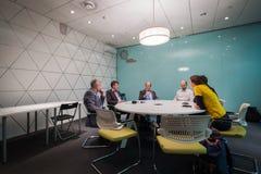 商人在一次会议上在冬天骑自行车国会 免版税库存图片
