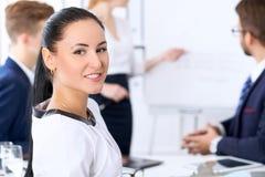 商人在一次会议上在办公室 在上司妇女的焦点 图库摄影