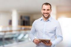 商人在与片剂计算机的商业中心 免版税库存照片