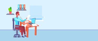 商人在书桌在看文件的办公室,当谈话坐电话使用膝上型计算机勤勉时的商人 向量例证