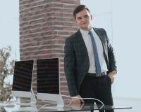 商人在他新的办公室 免版税库存图片