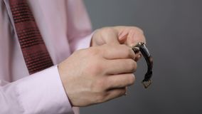 商人在他的手表的设置时间,机械手表,守时 股票视频